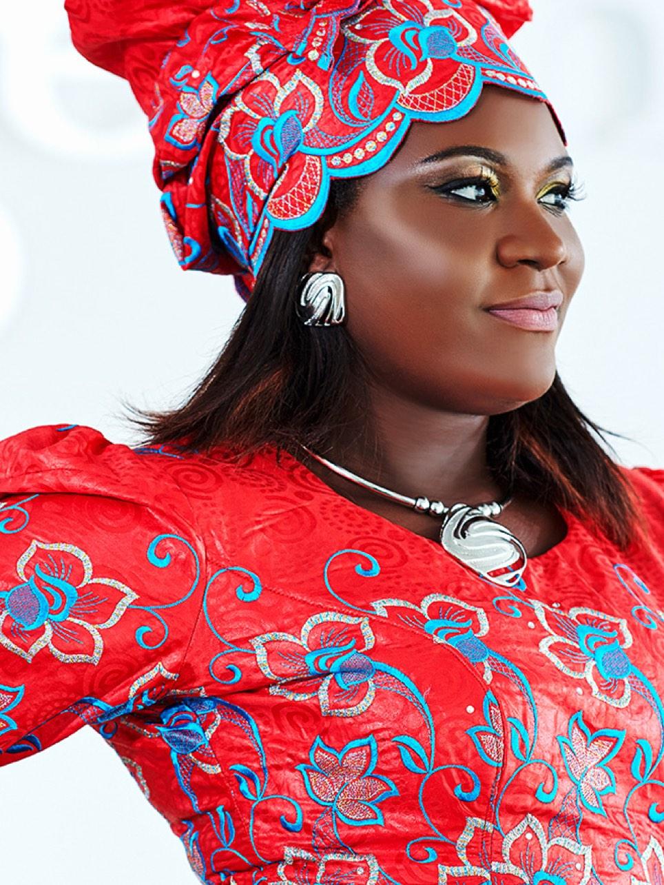 afrikanisches Model trägt ein Kleid gefertigt aus Getzner Damast mit Stickereien